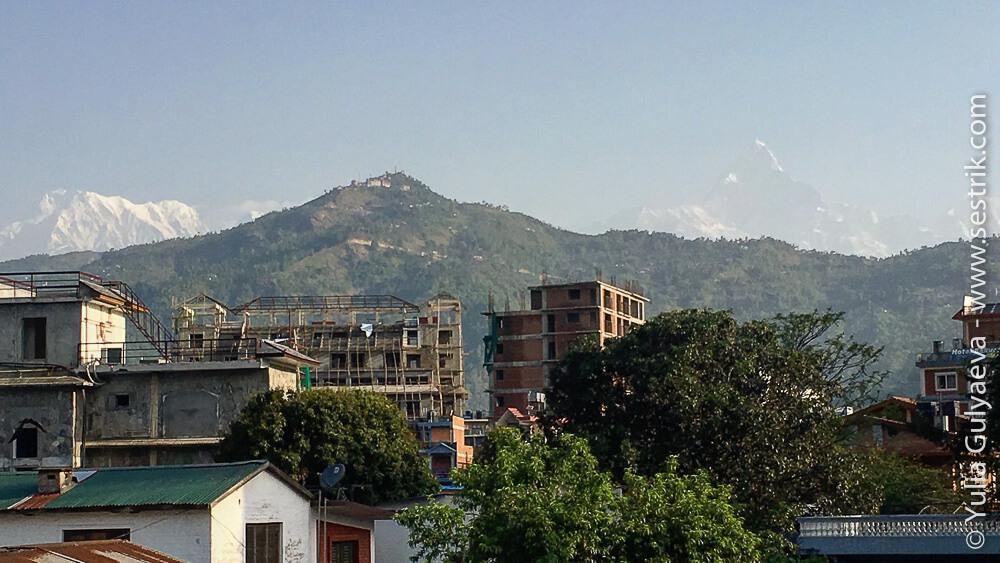 вид на Аннапурну с балкона номера в Покхаре