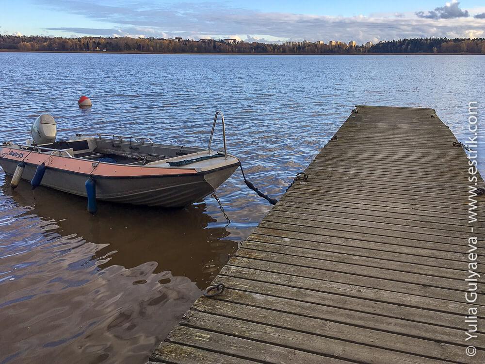 Причал с лодкой