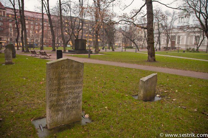 Надгробные плиты вокруг церкови Vanha Kirkko