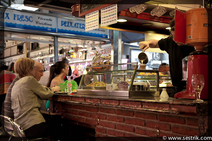 кафе на рынке Бокерия в Барселоне