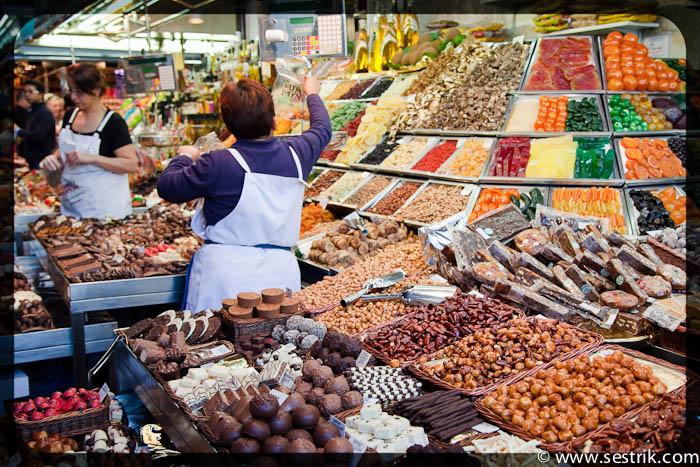 продавщица орехов на рынке Бокерия