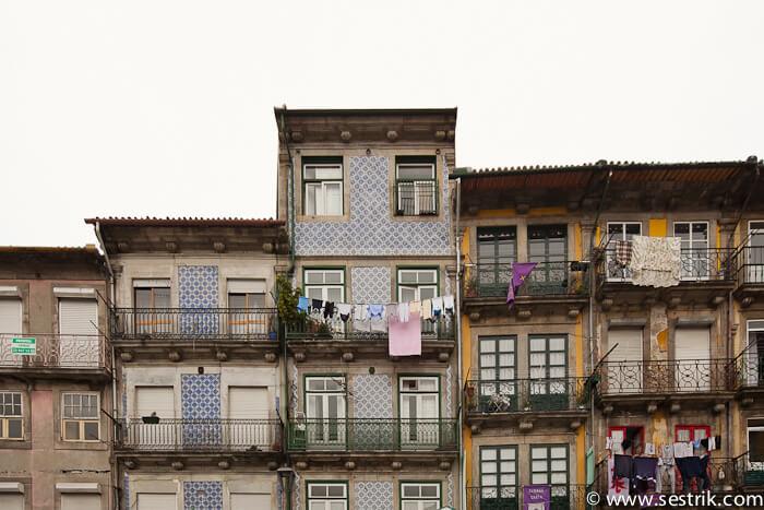 Мозаика на стенах домов в Португалии