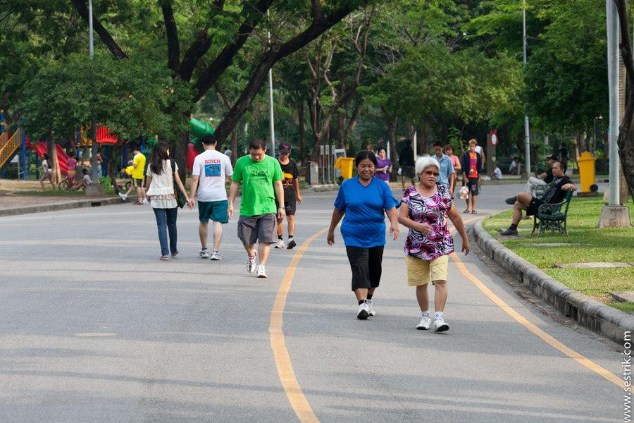 спортивные тайцы в парке