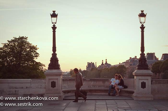 влюбленная парочка на новом мосту в Париже
