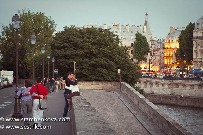влюбленная парочка на набережной в Париже