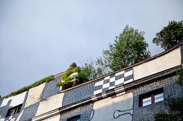 Деревья на крыше галереи Хундертвассера