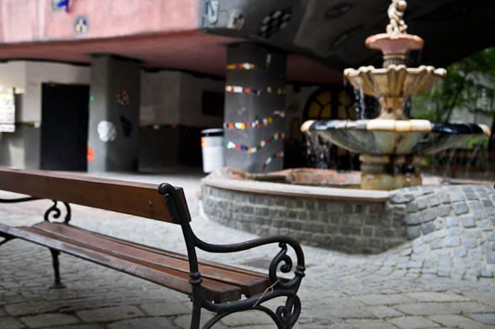 дом Хундертвассера фонтан у дома