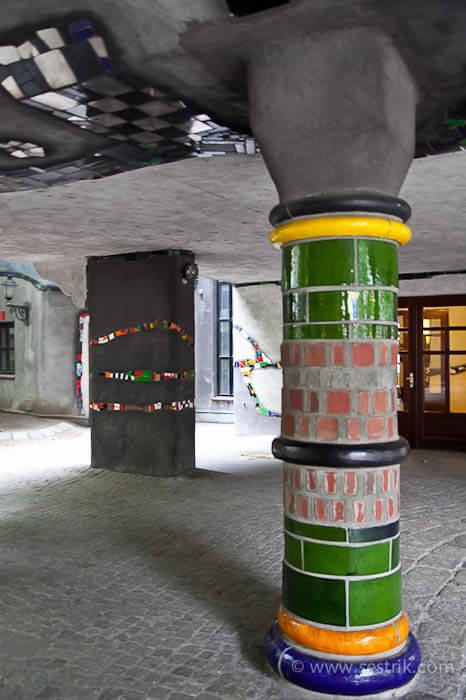 дом Хундертвассера опоры колонны