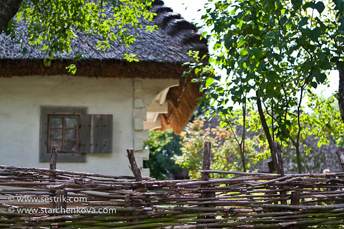 Плетни вокруг домов в музее Пирогово