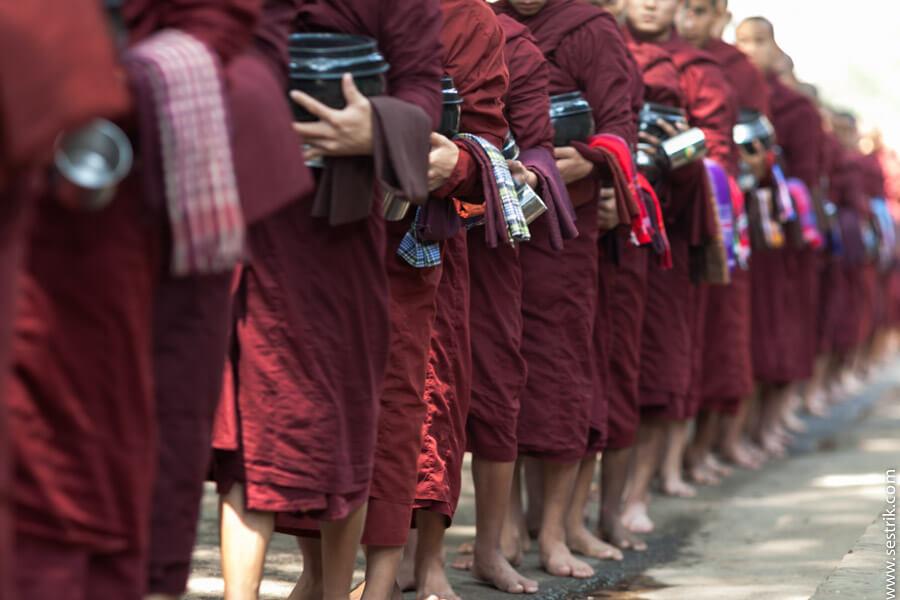 кормление монахов в монастыре