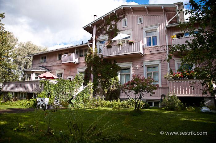 Деревянные дома на набережной Порвоо