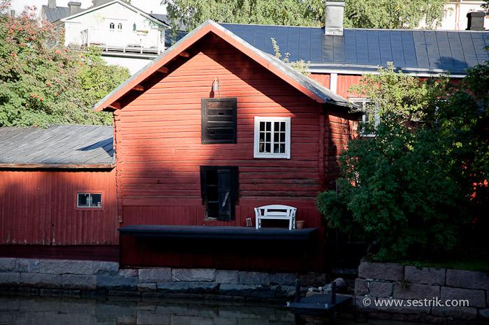 Дома цвета охры в Порвоо на набережной